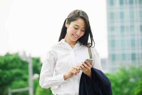 スマートフォンを持つ女性の写真素材 [FYI01801638]
