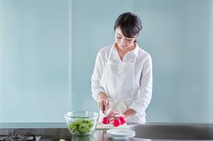 料理をする女性の写真素材 [FYI01801639]