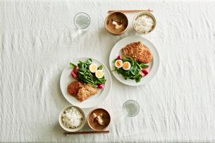 ご飯と味噌汁がセットされた食卓の写真素材 [FYI01801641]
