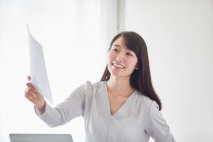オフィスでパソコンに向かい働く女性の写真素材 [FYI01801653]