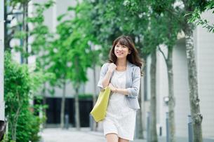 街を歩くビジネスウーマンの写真素材 [FYI01801658]