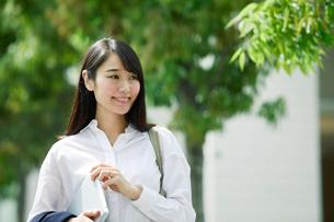 タブレットPCを持つ女性の写真素材 [FYI01801669]