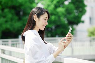 スマートフォンを持つ女性の写真素材 [FYI01801679]