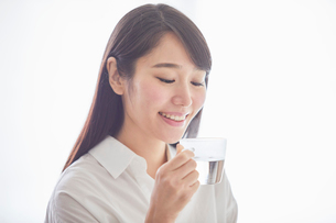 白湯を飲む女性の写真素材 [FYI01801681]