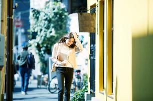 ビルの前を歩く女性の写真素材 [FYI01801683]