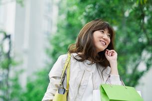 街を歩く女性の写真素材 [FYI01801684]