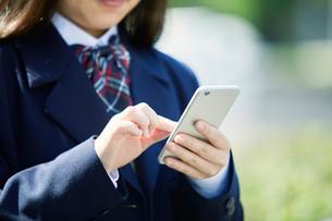 スマートフォンを持つ女子学生の写真素材 [FYI01801685]