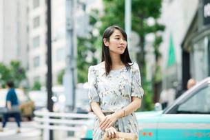 街を歩く女性の写真素材 [FYI01801695]