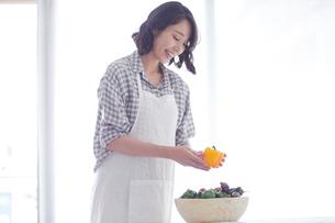 野菜を持つ女性の写真素材 [FYI01801701]
