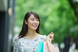 買い物をする女性の写真素材 [FYI01801710]