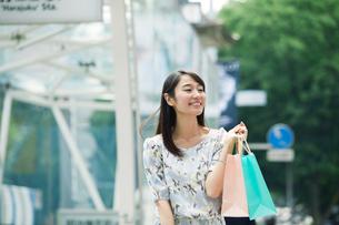 買い物をする女性の写真素材 [FYI01801712]