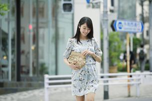 街を歩く女性の写真素材 [FYI01801718]