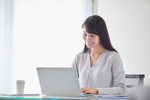 オフィスでパソコンに向かい働く女性の写真素材 [FYI01801719]