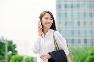 スマートフォンを持つ女性の写真素材 [FYI01801724]