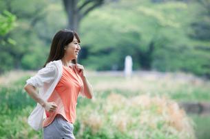 緑の中を走る女性の写真素材 [FYI01801726]