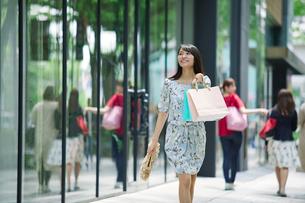 買い物をする女性の写真素材 [FYI01801728]