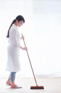 家事をする女性の写真素材 [FYI01801729]