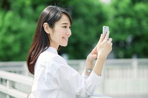 スマートフォンを持つ女性の写真素材 [FYI01801736]