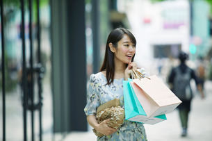 買い物をする女性の写真素材 [FYI01801743]