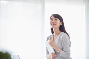 オフィスでパソコンに向かい働く女性の写真素材 [FYI01801748]