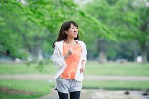 緑の中を走る女性の写真素材 [FYI01801749]