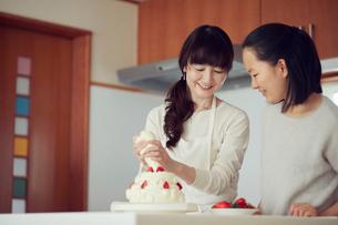 キッチンに立つ母と娘の写真素材 [FYI01801753]