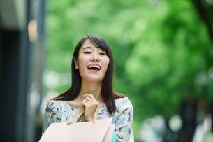 買い物をする女性の写真素材 [FYI01801757]