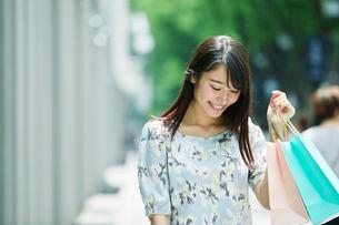 買い物をする女性の写真素材 [FYI01801759]