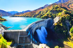 秋の立山 黒部ダム観光放水と紅葉の山並みの写真素材 [FYI01801762]
