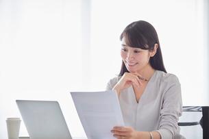 オフィスでパソコンに向かい働く女性の写真素材 [FYI01801763]