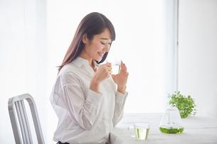 お茶を飲む女性の写真素材 [FYI01801766]