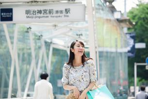 買い物をする女性の写真素材 [FYI01801769]