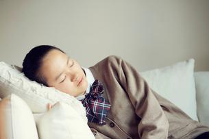 うたた寝をする女の子の写真素材 [FYI01801770]