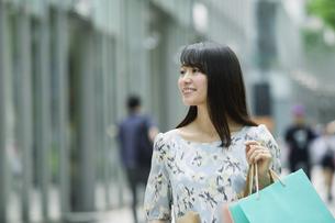 買い物をする女性の写真素材 [FYI01801776]