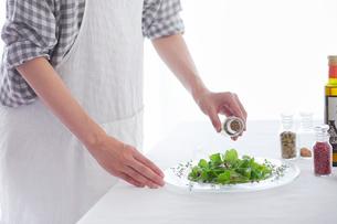 料理をする女性の写真素材 [FYI01801779]
