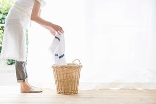 女性と洗濯かごの写真素材 [FYI01801780]