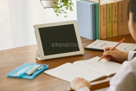 タブレットPCを見て勉強する女子学生の写真素材 [FYI01801786]