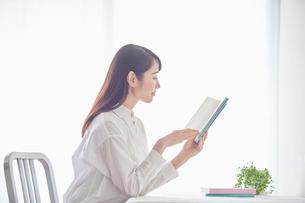 本を読む女性の写真素材 [FYI01801790]