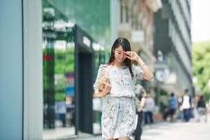 街を歩く女性の写真素材 [FYI01801793]