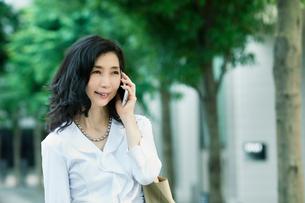 スマートフォンを持つ女性の写真素材 [FYI01801798]