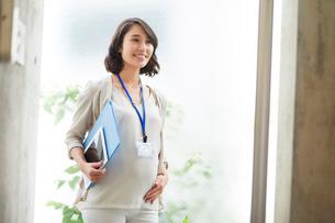 オフィスで働く妊婦の写真素材 [FYI01801813]