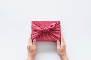 贈り物と女性の手の写真素材 [FYI01801817]