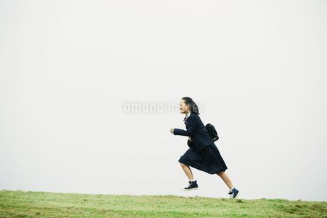 制服を着て走る女の子の写真素材 [FYI01801820]