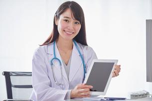 タブレットPCを持つ白衣を着た女性の写真素材 [FYI01801826]