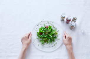 サラダを食べる女性の写真素材 [FYI01801830]
