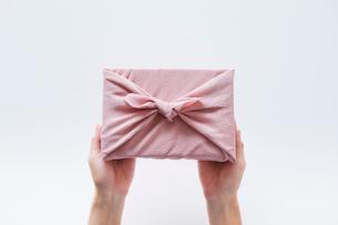 贈り物と女性の手の写真素材 [FYI01801832]
