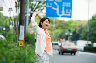 街を走る女性の写真素材 [FYI01801834]
