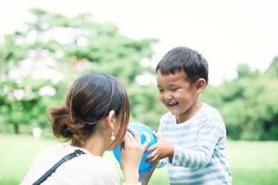 緑の中で遊ぶ家族の写真素材 [FYI01801837]