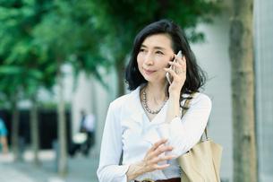 スマートフォンを持つ女性の写真素材 [FYI01801841]