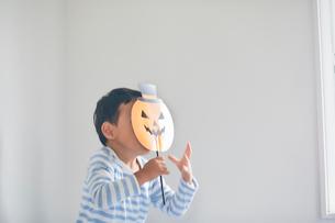 ハロウィンのお面を持つ男の子の写真素材 [FYI01801854]